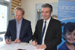 signature offielle de la convention entre la Ville et l'UNICEF - JPEG - 7.5 Mo